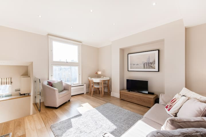 Bright & Modern 2 bed in the heart of Earls Court!