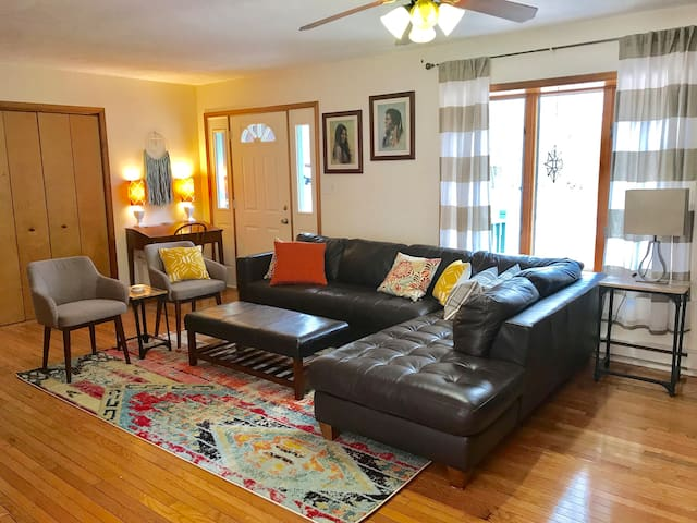 Perfect for groups & families. Close to Camelback!
