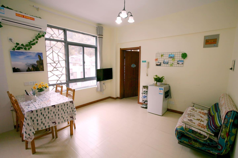 客厅(含冰箱、餐桌、沙发、洗衣机、电视机、空调、拖鞋、手工台、电水壶)