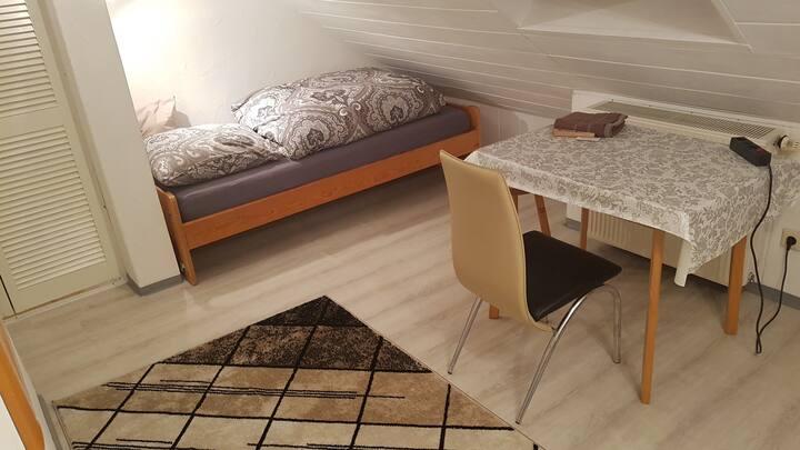 Kleines Dachzimmer mit Ausblick, 1 Einzelbett