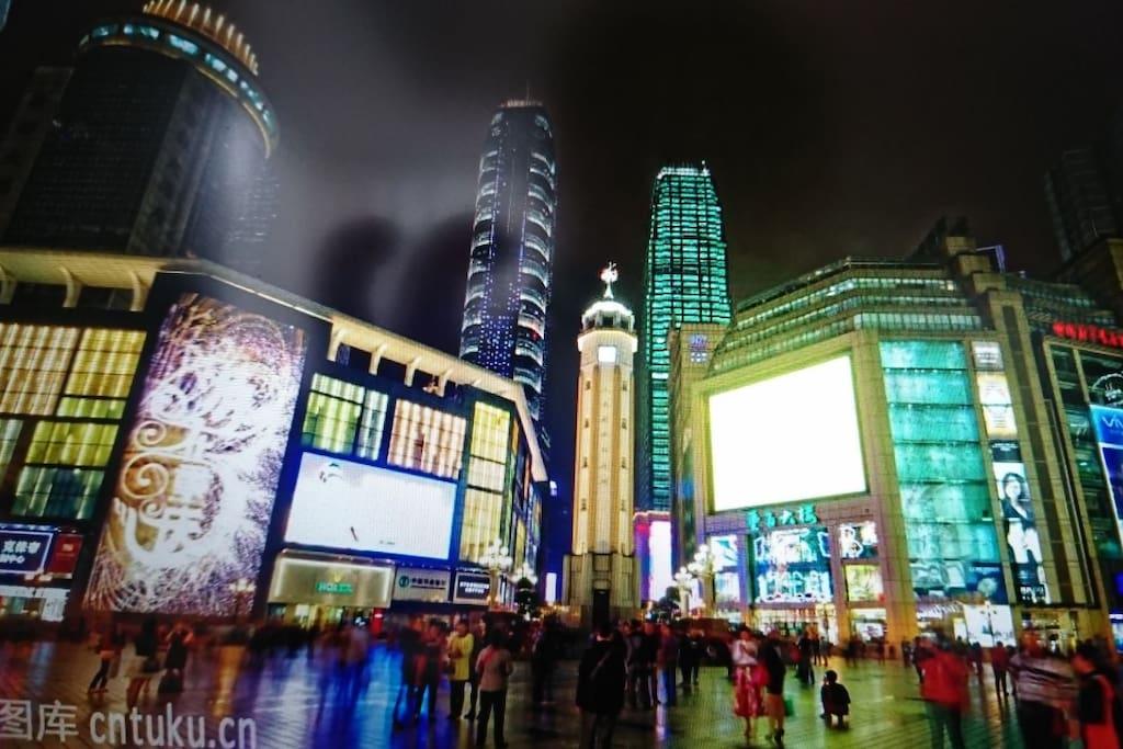 重庆标志建筑物之一,建于民国二十九年3月12日孙中山逝世纪念日。轨道交通1号线小什字方向,较场口站下车,3口出。