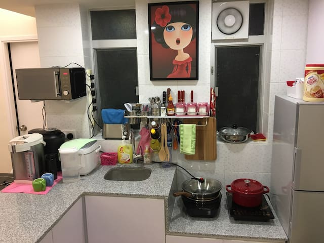 There are 2 wet markets closed to the apartment, let's to have your Home Cooked Food in our Open Kitchen! 附近就有两个街市及超级市场,就在公寓的开放厨房来煮餐住家菜式吧!!