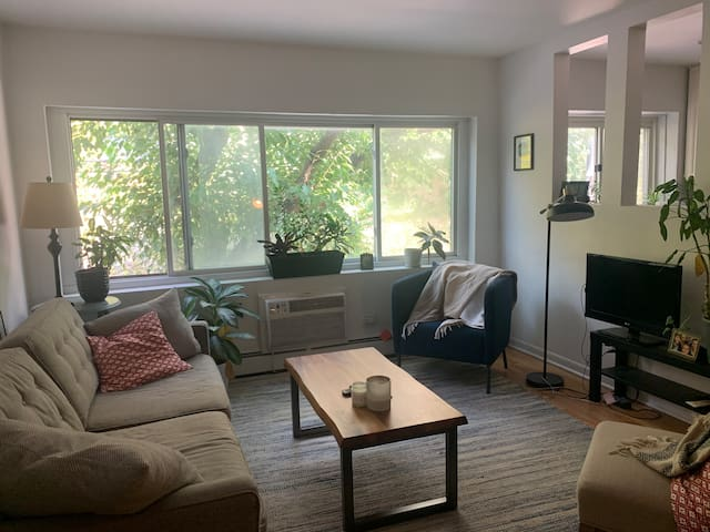 Quiet East Lakeview Condo near the Lake