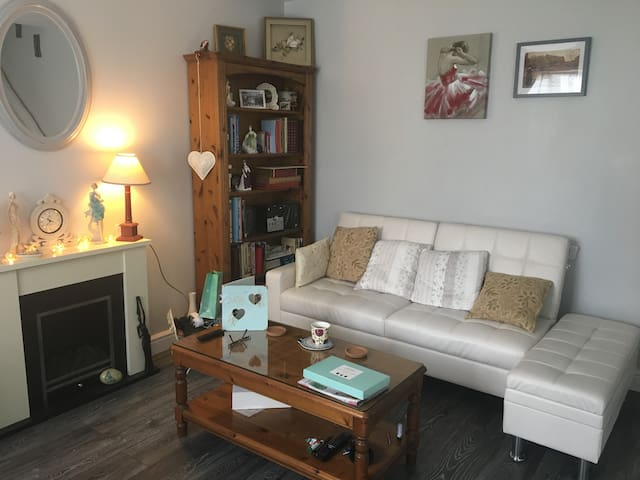 Morden Chic One bedroom mid-terrace house