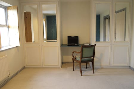 Large Ensuite, Easy Parking, powerful WIFI - Watford - 连栋住宅