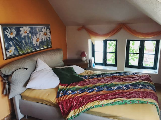 Schlafzimmer 1 (mit Alkoven) Westseite. Die Abendsonne wird hier schön eingefangen.