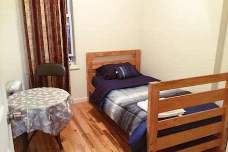Private little room near LGA airport - Queens