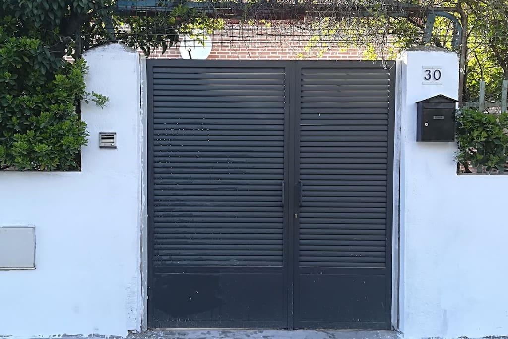 Puerta principal acceso a la villa con portero automático desde el interior