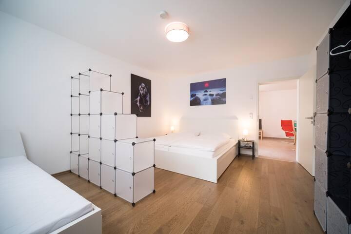 Großes Schlafzimmer mit Doppelbett und Zusatzbett