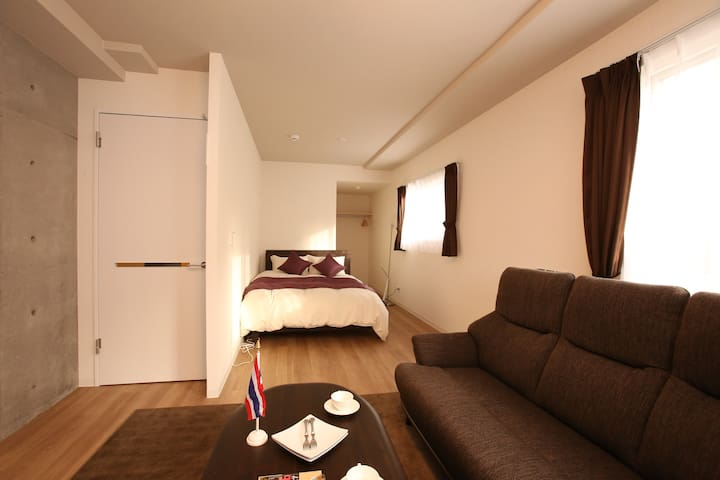 There are 3 rooms that each room come with queen size bed and double bed/ 这有3间房间那每个房间具有大床和双人床。