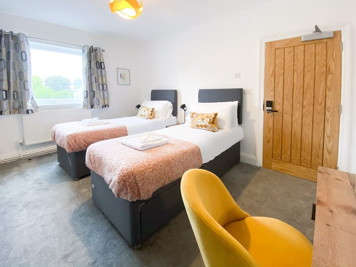 En-Suite - Twin Room **Suitable for Contractors, Business and Key Workers .**