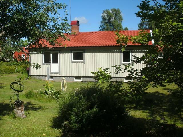 Neu renoviertes und eingerichtetes Ferienhaus in sehr ruhiger Lage inmitten der Natur, 300 m zum Baden am Fluss, Lage im Glasreich