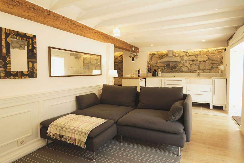 Y el sofá con chaiselong de 180 x 90 de ancho que puedes usar como cama supletoria.