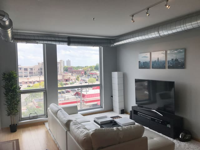 Gorgeous condo in the Heart of Uptown!