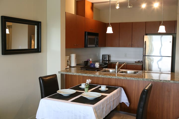 Luxury Modern One-Bedroom Condo (650 Sf)! - Coquitlam - Pis