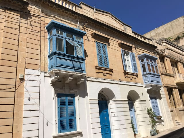GORGEOUS TOWNHOUSE SLIEMA SUPERB LOCATION--SHARING