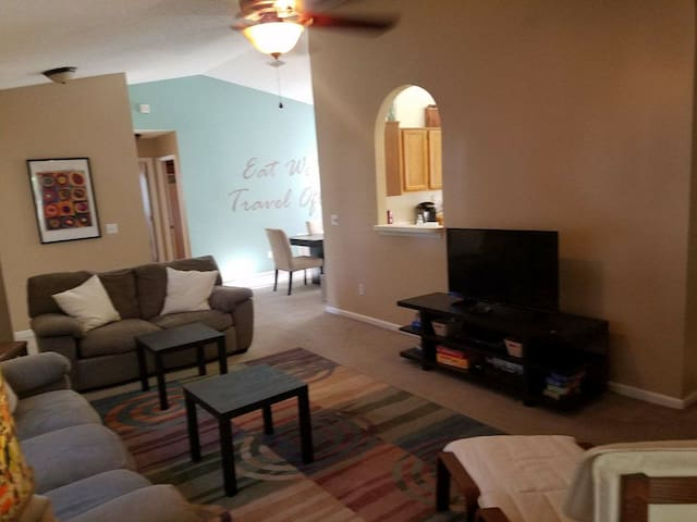 Nice Open 3/2 Minutes from Town Center, UNF!