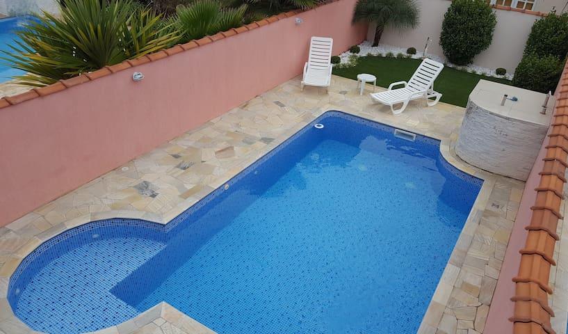 Casa na praia com piscina , condomínio fechado.
