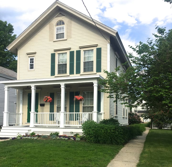 Close to Deerfield Academy & Colleges