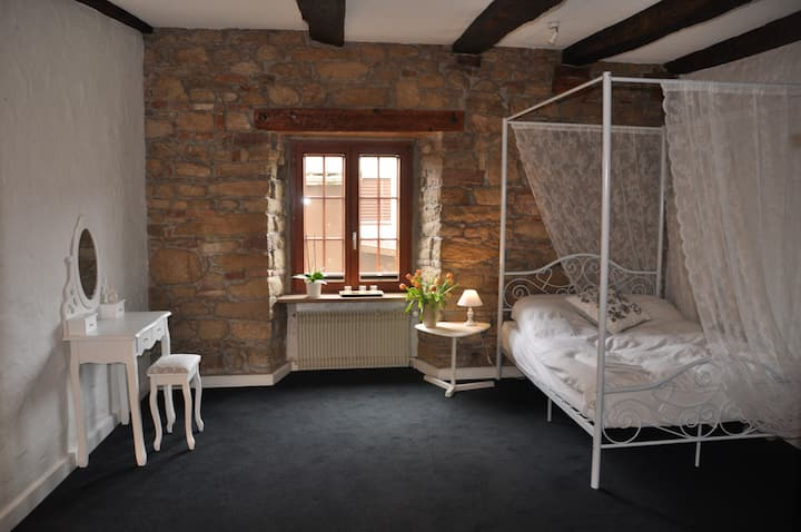 The romantic room - 5 kms from Basel (Bus & Tram)