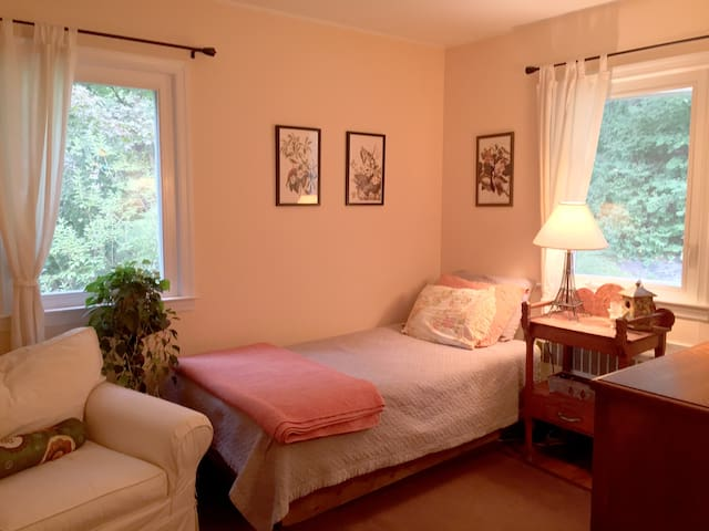 Quiet, Serene & Cozy in Tarrytown - w Private Bath