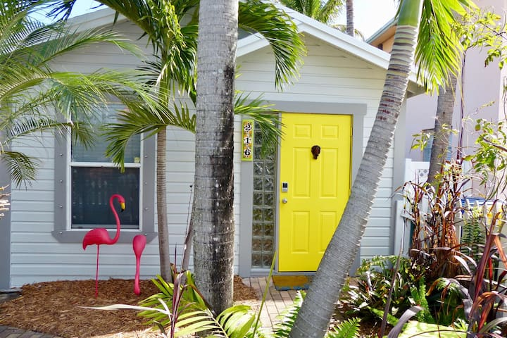 Tropical, 2BR, Dog-Friendly Cottage