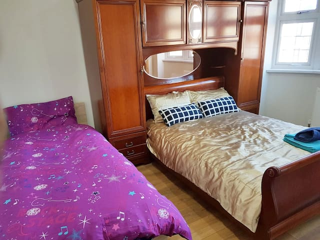 (B) 3 Guest ensuite bedroom near Heathrow stockley