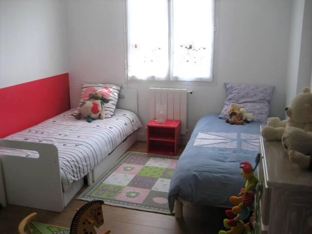 Chambre enfant située en rez de chaussée avec 2 lits simples de 90 X 190