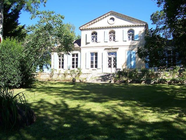 Chambre jaune au Château Laroque