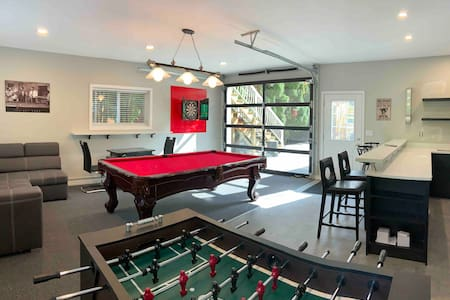 #BigBrotherHouse/HotTub/GamesRoom/Gym/Sleeps 25