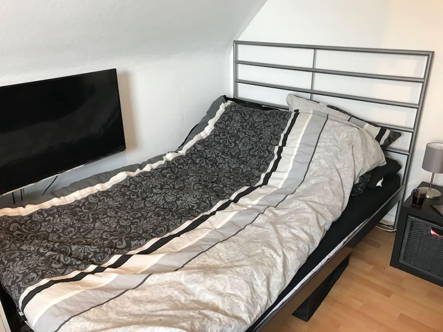 Gemütliches Doppelbett mit GUTER Matratze und TV