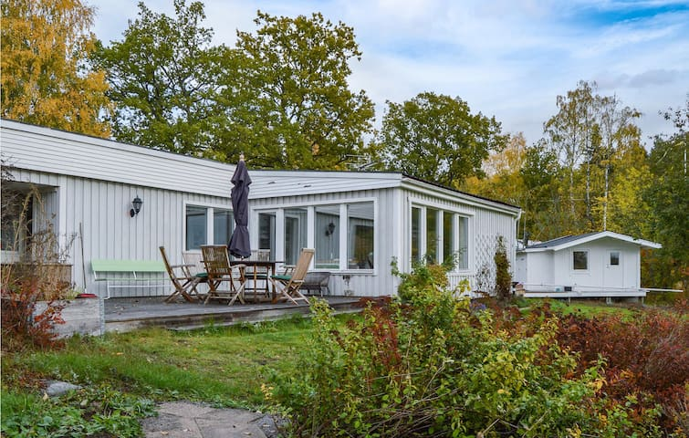 Holiday cottage with 3 bedrooms on 85m² in Sparreholm
