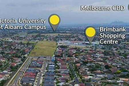 near Victoria University & freeway to City/Airport