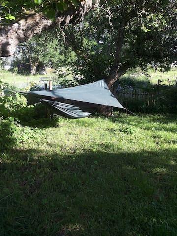 Ett hammocktält under äppelträden i Slyte. - Slyte - Çadır