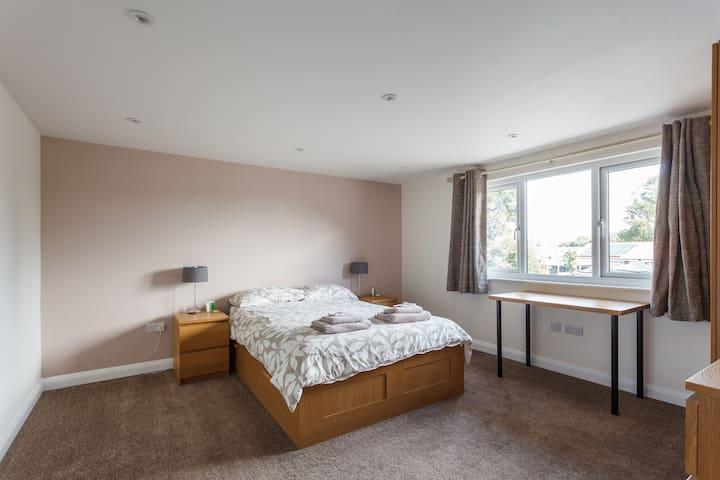House- 4 Bedrooms. Breakfast. High Spec. Parking