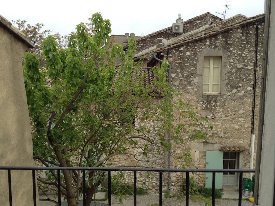 Vue du balcon donnant sur cour
