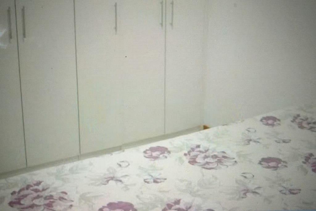 Cama e armário suíte , tv