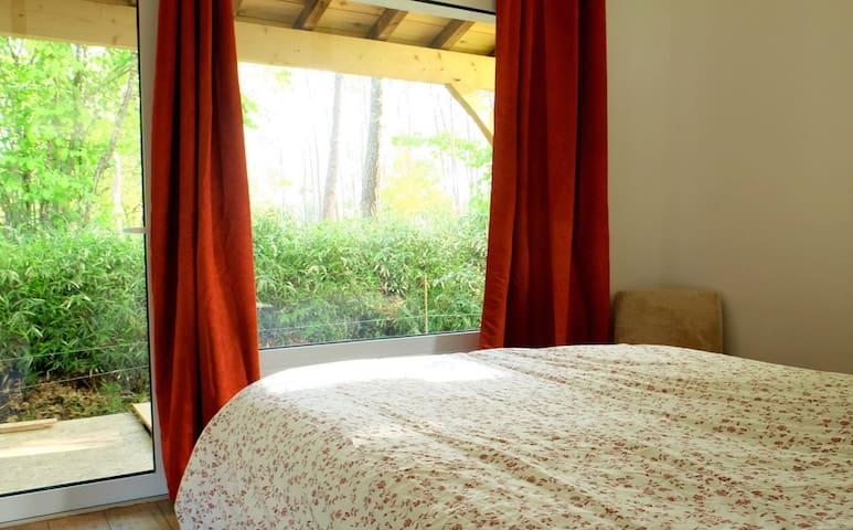 L'espace chambre totalement ouvert sur la forêt landaise