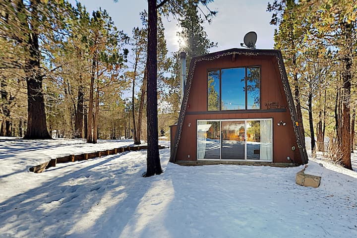 Cozy Bungalow w/ Fireplace, Minutes to Skiing!