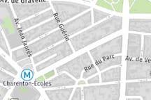 Plan du quartier avec sa ligne de métro desservant les lieux stratégiques du centre de paris
