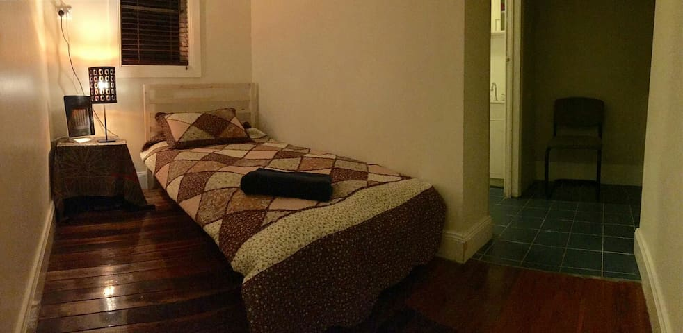Cosy room in a beautiful home :) - Croydon - Dům