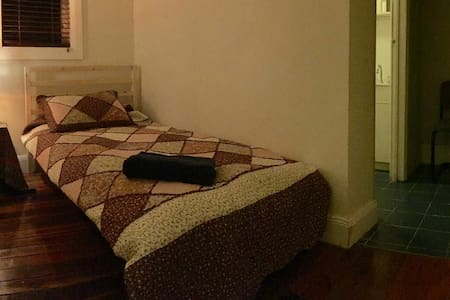 Cosy room in a beautiful home :) - Croydon - House