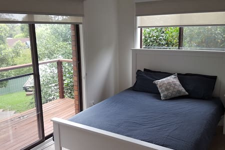 Sunny Large Sized Room with Balcony - Figtree