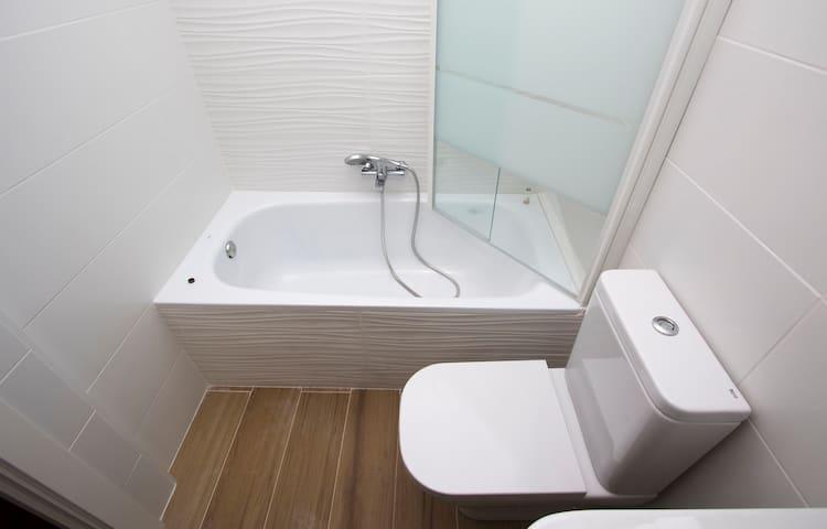 Baño 2 . Detalle bañera.