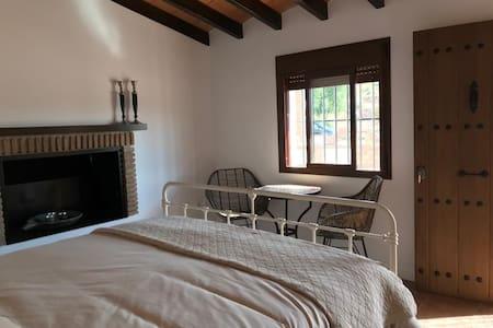 kamer 2: ruime kamer met eigen entree, uitzicht op zwembad en tuin