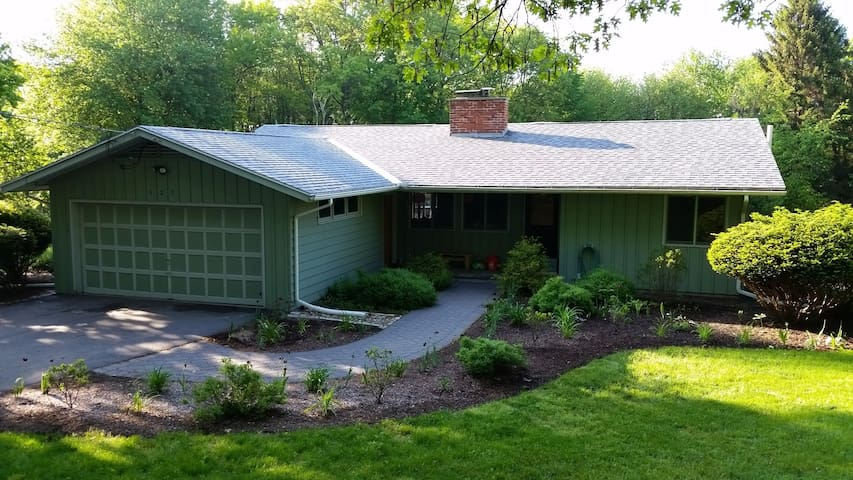 3 BR kid/pet friendly house on an acre - Hadley - Huis