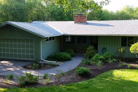 3 BR kid/pet friendly house on an acre - Hadley