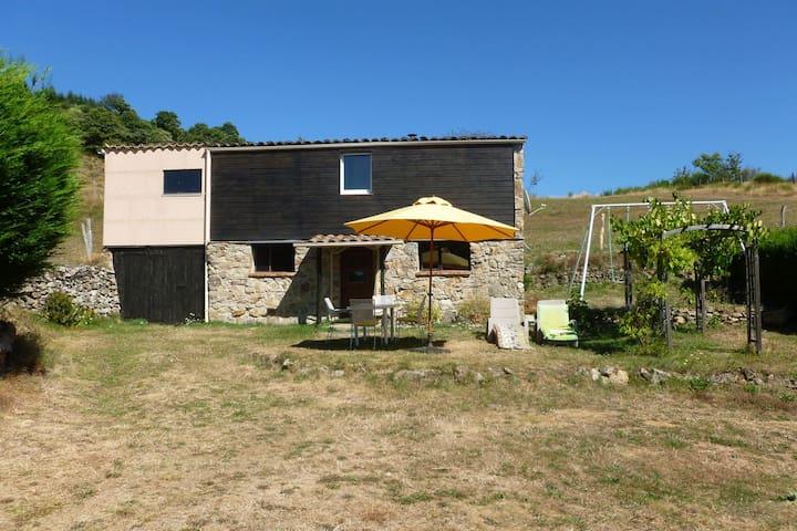 Acogedora casa de vacaciones en Accons con vistas al prado