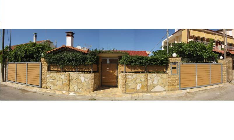 Μονοκατοικία 100τ.μ. με 2 γκαράζ, κήπο,  barbeque, 2-3 υπνοδωμάτια στην περιοχή Κίτσι.