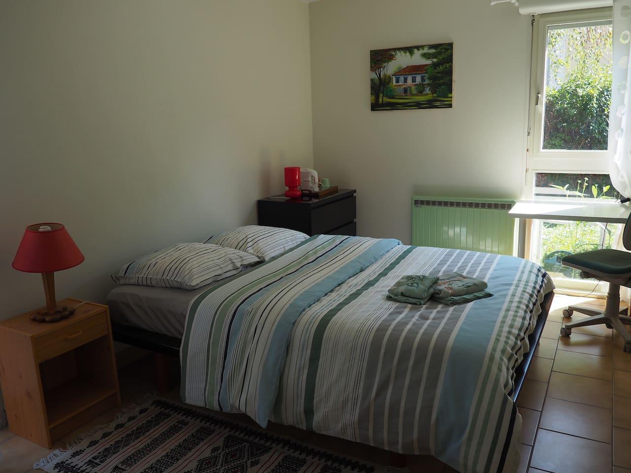 Chambre spacieuse et claire.
